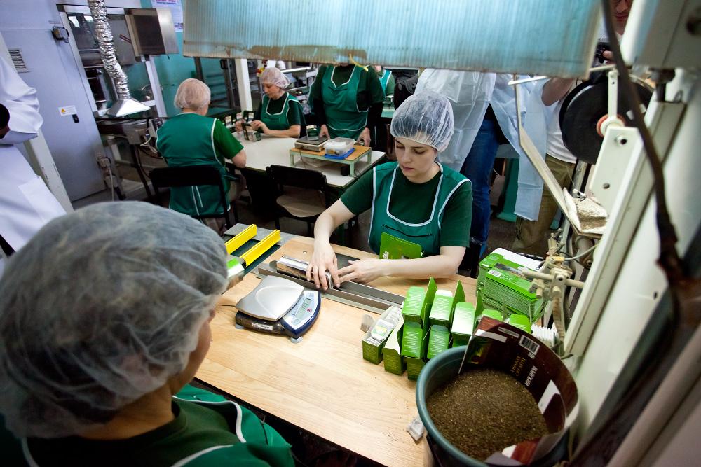 Как фасуют чай на фабрике Ахмад Ти