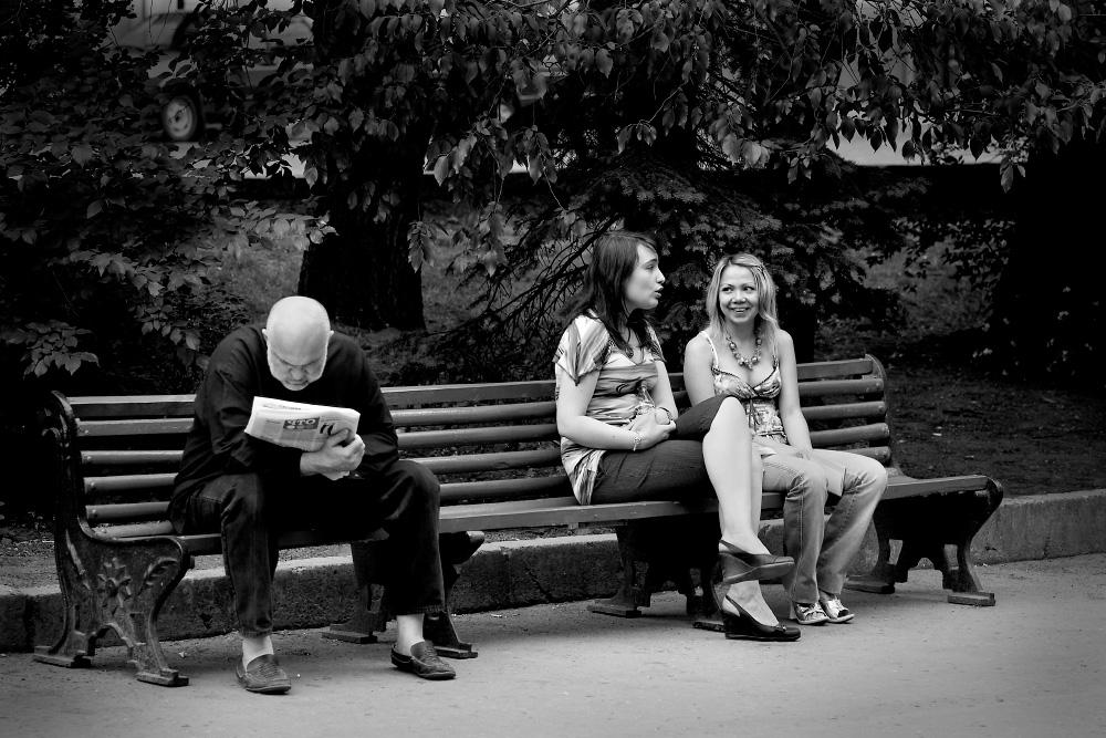 Отдыхающие в парке Шевченка