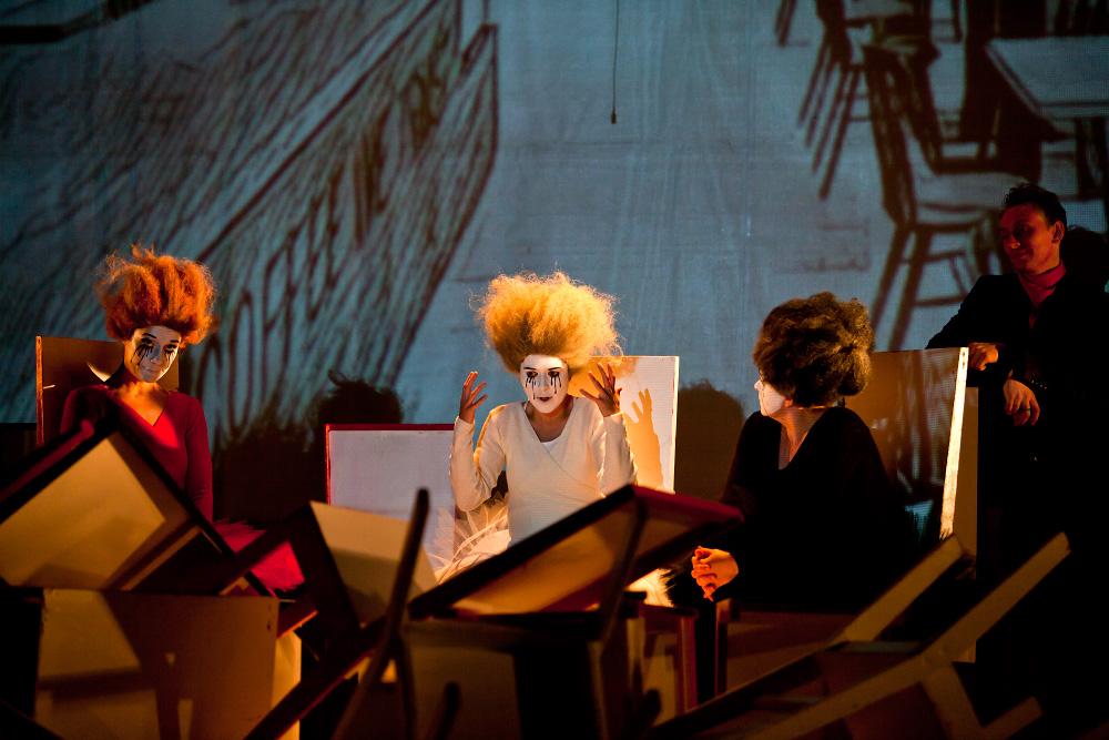 Фотографии со спектакля «Хаос. Женщины на грани нервного срыва»