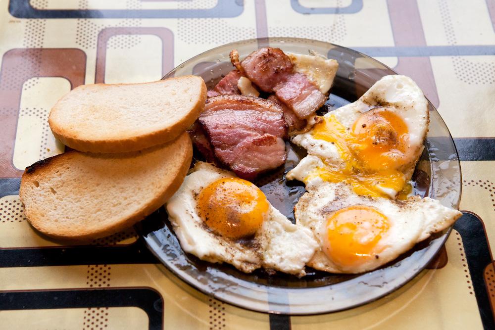 как приготовить яичницу с беконом