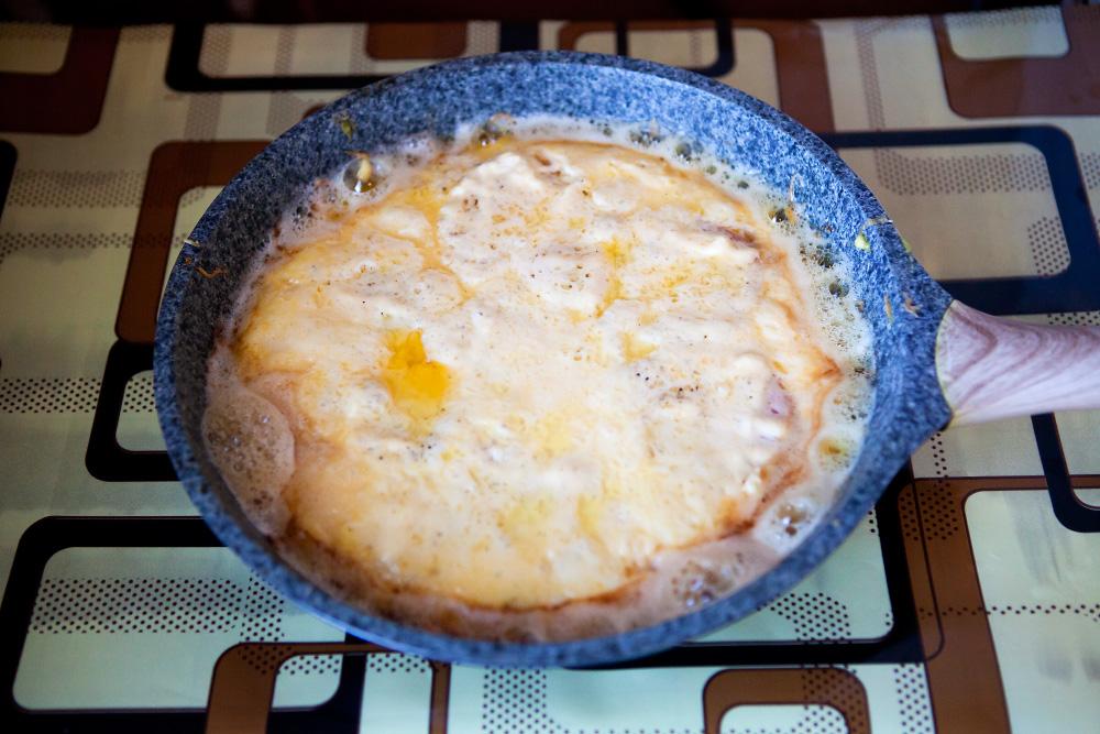Готовим яичницу с колбасой, помидором, сыром и майонезом