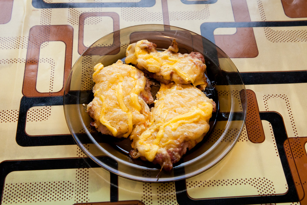 Готовим отбивные с луком, сыром и майонезом (в духовке)